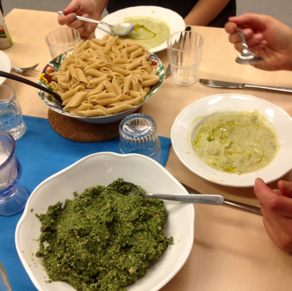 Pasta med pesto og blomkål- og brokkolisuppe